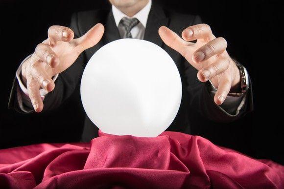 uomo con sfera di cristallo